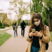 Imagen de archivo de una joven con mascarilla