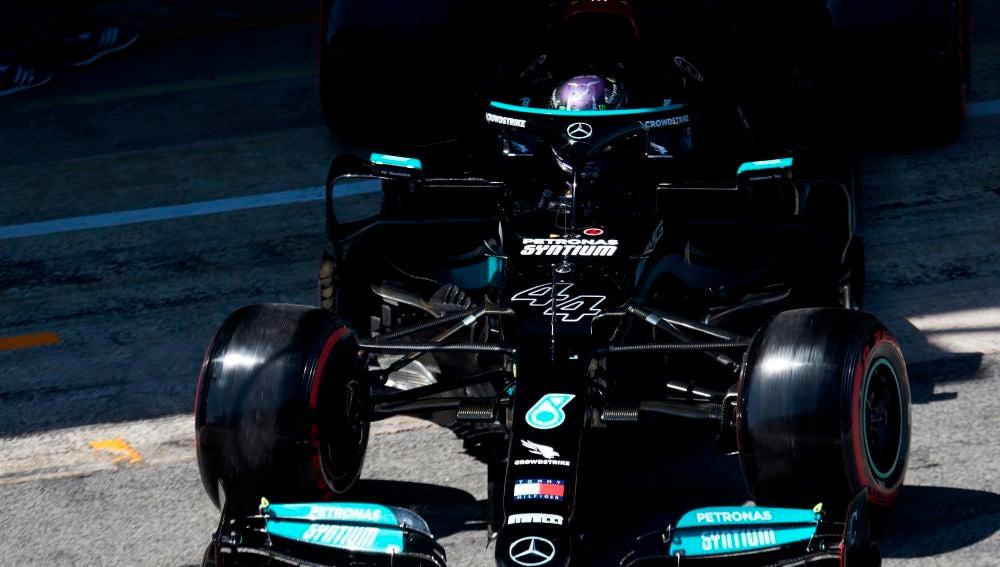 El piloto británico de Mercedes Lewis Hamilton sale del box.