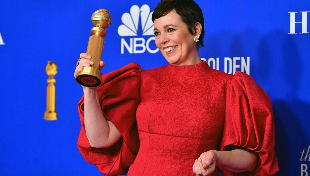 La actriz Olivia Colman sostiene su Globo de Oro a la Mejor Actriz protagonista de una serie dramática por 'The Crown'