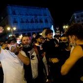 Grupos de personas celebran el fin del estado de alarma en Madrid.