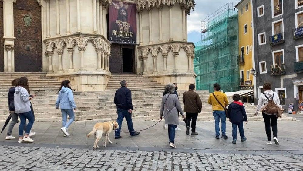 La Plaza Mayor, en el casco antiguo de Cuenca, concurrida este domingo a pesar de la lluvia