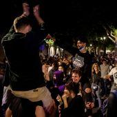 Decenas de jóvenes celebran el fin del estado de alarma en la calle en Barcelona
