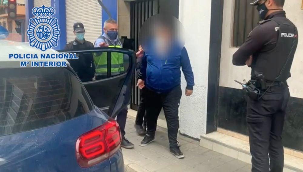 La policía conduce a uno de los detenidos