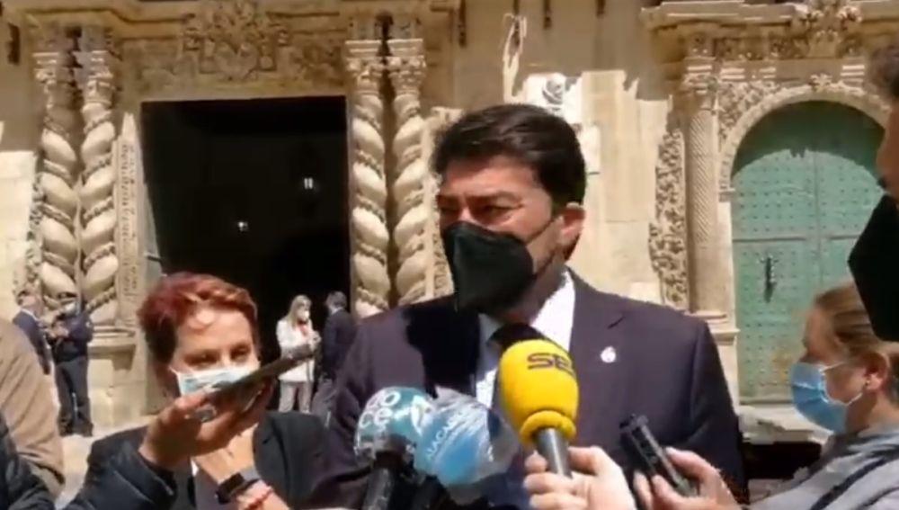 Barcala atiende a los medios esta mañana en la puerta del ayuntamiento