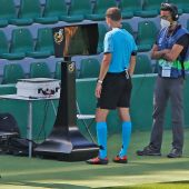 Un árbitro consulta el VAR durante un partido