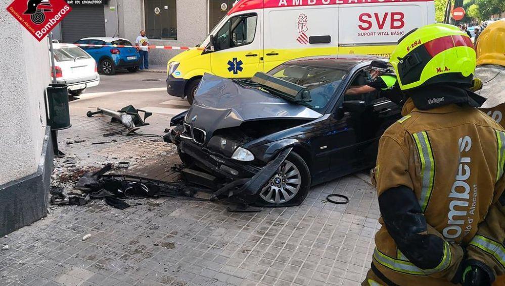 El peatón quedó atrapado entre el coche y la pared