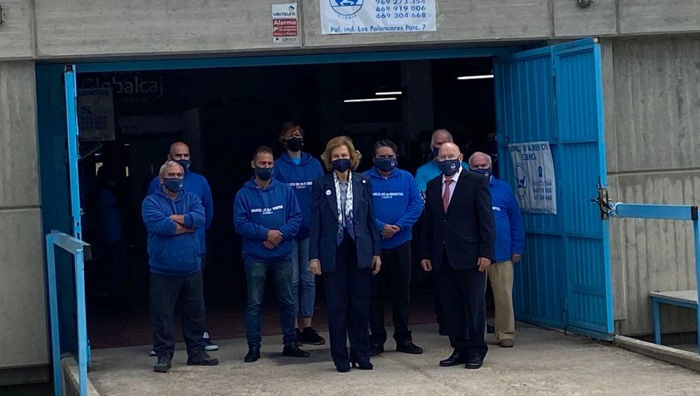 La reina emérita, con traje azul oscuro, con los voluntarios del Banco de Alimentos y su presidente, Antonio Villaseñor, a la derecha