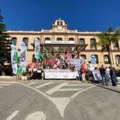 Un momento de la concentración sindical ante el Hospital Civil