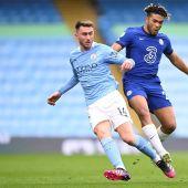 Laporte disputa un partido con el Manchester City