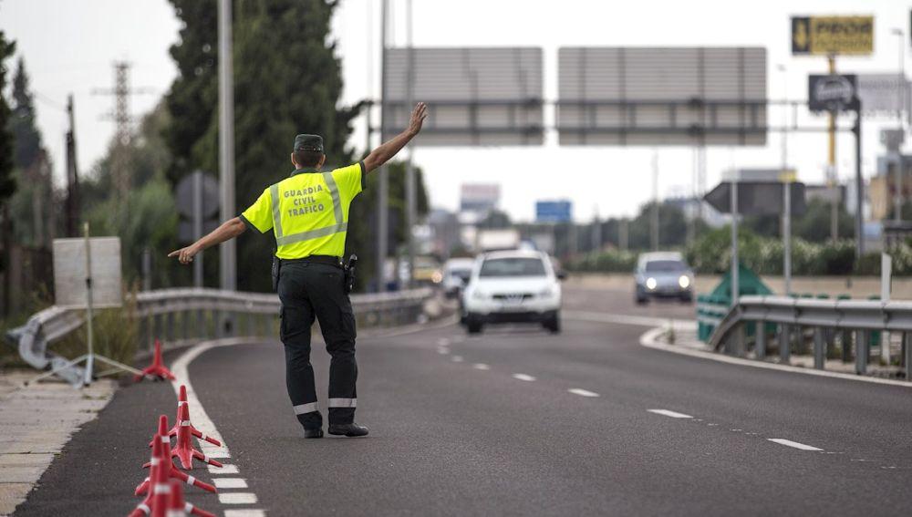 Un agente de la Guardia Civil de Tráfico da el alto a un conductor