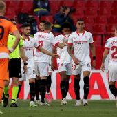 Los jugadores del Sevilla celebran el gol