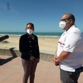 Instantes de la rueda de prensa en la playa de Chipiona
