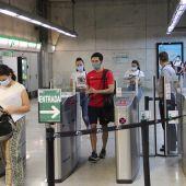 Usuarios validan sus billetes en una de las estaciones del Metro