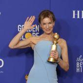 La actriz Renée Zellwegger saluda con su Globo de Oro 2020 por la película 'Judy'