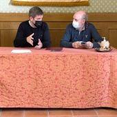 El alcalde de Alcañiz, Ignacio Uequizu, y el párroco de Santa María la Mayor, Pablo Roda.