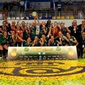 El Club Balonmano Elche celebra el título de la Copa de la Reina en Gran Canaria.