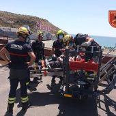 Los bomberos rescatan con la auto escalera al trabajador