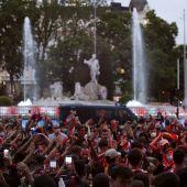 Aficionados del Atlético de Madrid celebrando en Neptuno