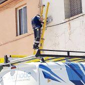Un operario instalando la fibra óptica en Utrillas