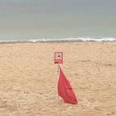 El ayuntamiento de Palma cierra al baño y señaliza con la bandera roja la playa de Can Pere Antoni por un vertido de aguas mixtas.