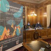 El diputado de Deportes, Santiago José Gómez, a la izquierda, durante la rueda de prensa en Diputación