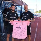 Marcos Ruiz y Añón posan con una camiseta del Marbella FC