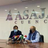 Francisco Núñez (izquierda) con el presidente de Asaja de Cuenca, José María Fresneda, este miércoles en la sede de la organización en la capital