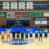 Los equipos de Leyma Coruña y Liberbank Oviedo, junto al trío arbitral, antes del inicio del duelo de playoff de acenso a la ACB.