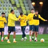 Los futbolistas del Villarreal se entrenan sobre el césped.