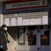 Una mujer entrando en la oficina de empleo
