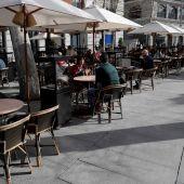 Personas tomando algo en una cafetería de Madrid