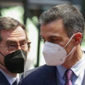 El presidente del Gobierno, Pedro Sánchez, conversa con el presidente de la CEOE, Antonio Garamendi