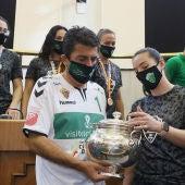 Carlos Mazón, presidente de la Diputación de Alicante, recibe el título de campeonas de la Copa de la Reina de manos de la capitana del Club Balonmano Elche, Ana Martínez.