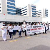 El personal sanitario se ha concentrado a las puertas del Hospital La Fe.