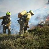 Dos trabajadores en tareas de extinción de un incendio forestal