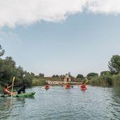 Practicando deporte náutico en el lago de Arcos