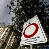 Vista de una señal que marca la entrada al perímetro de Madrid Central.