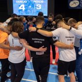 El equipo del Bádminton Oviedo celebra la victoria en el primer partido de la final.