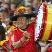 """Manolo """"el del """"Bombo"""" animando en un partido de la selección española de fútbol"""