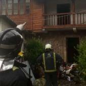 Los bomberos sofocan un incendio declarado en una vivienda de Soto de Cangas