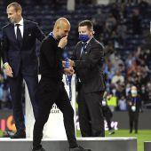 Pep Guardiola besa la medalla de subcampeón de la Champions