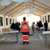 Migrantes localizados en Santa Pola atendidos por Cruz Roja en el Puerto de Alicante.