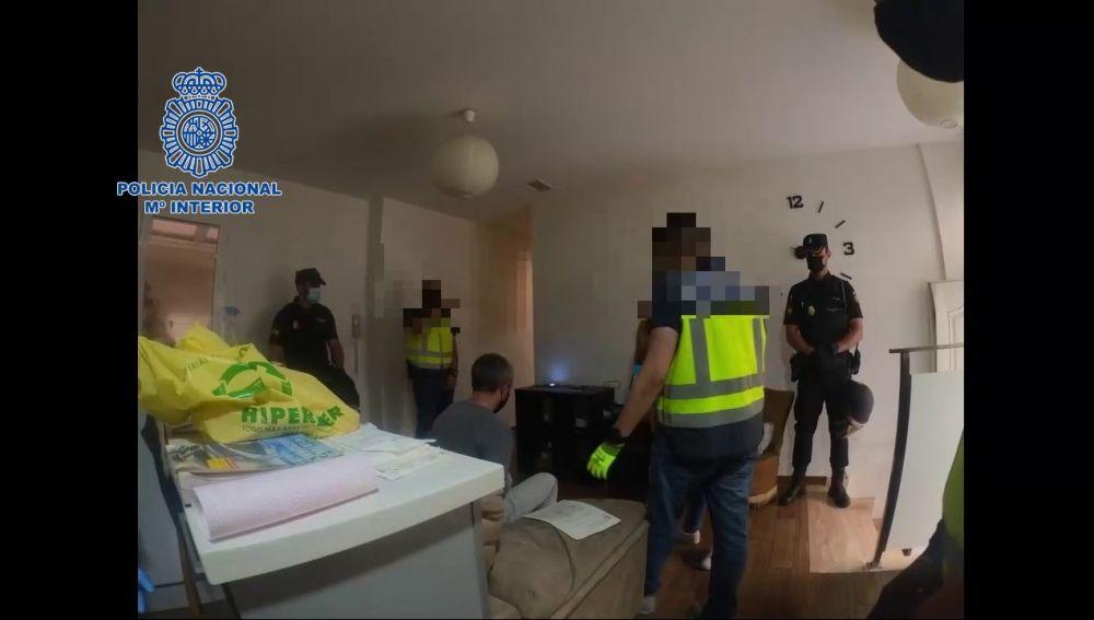 Uno de los detenidos en el interior de la vivienda de Altabix.