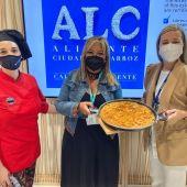 La chef de El Caldero, Mónica Hidaldo, la presidenta de APEHA, María del Mar Valera y la concejala de Comercio, Lidia López