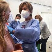 La mitad de la población ha recibido al menos una dosis en una campaña de vacunación que ya cita a menores de 50 años