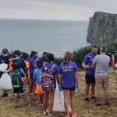 Los miembros del club durante la limpieza de la senda costera del pasado año