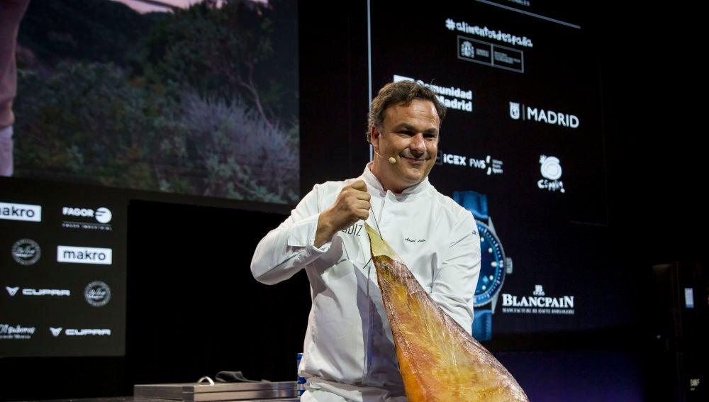 El chef Ángel León con una pieza de jamón de atún