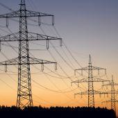 Vista de varios postes eléctricos