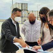 La consellera Carolina Pascual con responsables del Puerto de Alicante esta mañana