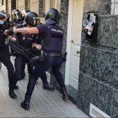 Agentes de la Policía Nacional en el momento de acceder a la vivienda del barrio de Altabix de Elche.